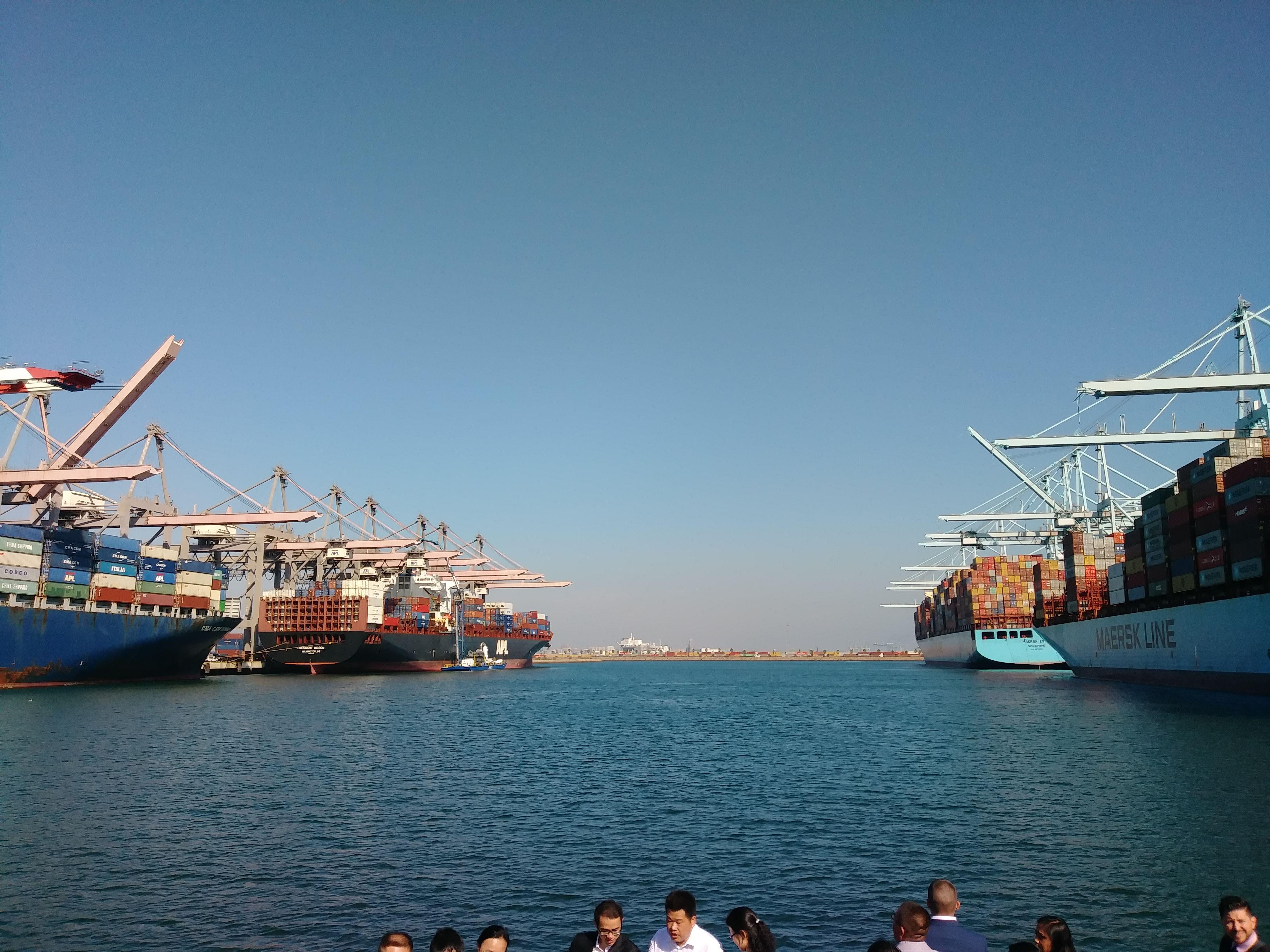 """大型コンテナ船が停泊している全米No1の貿易港""""Port of Los Angeles"""""""
