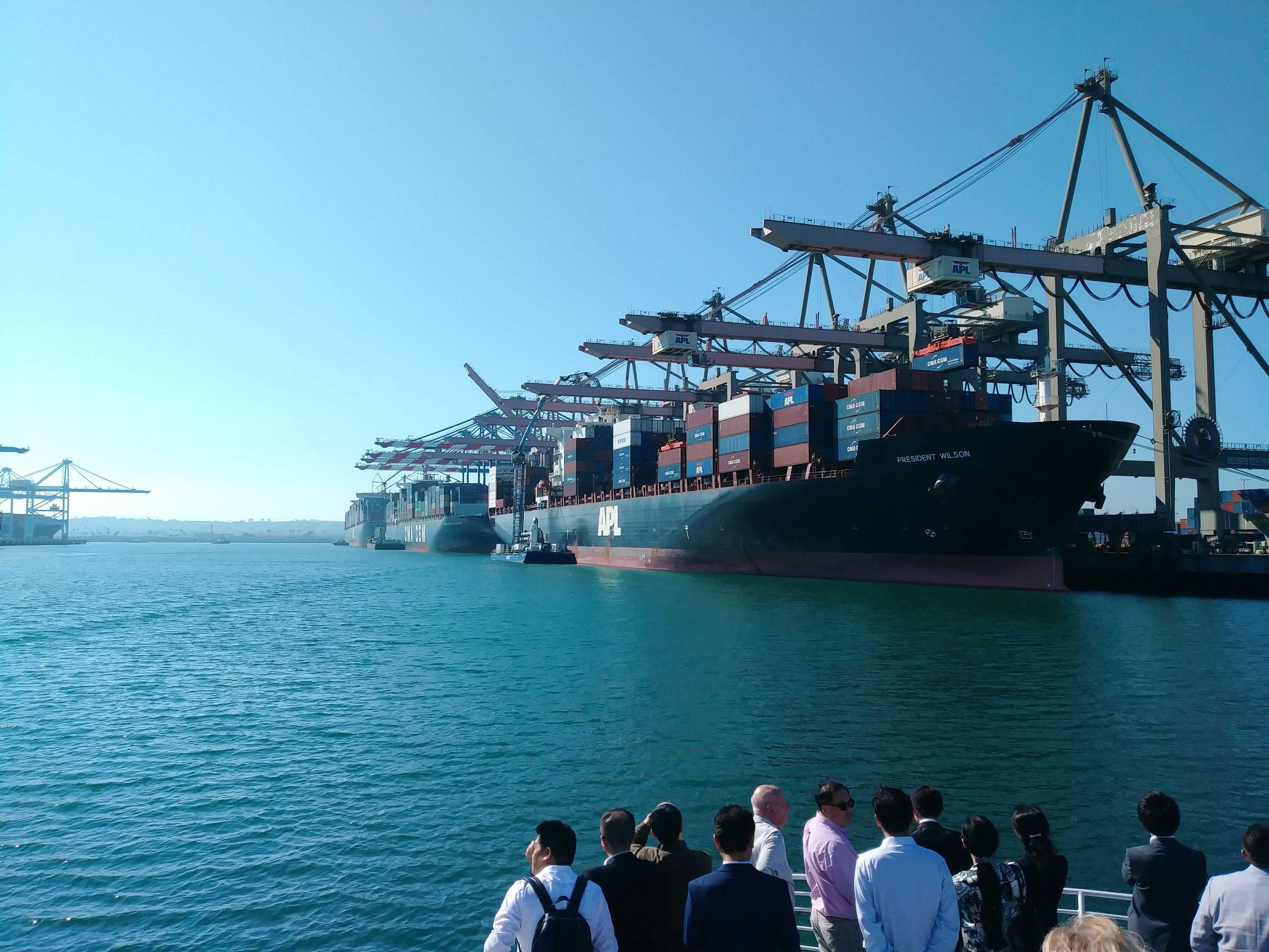 大型コンテナ船が停泊している全米