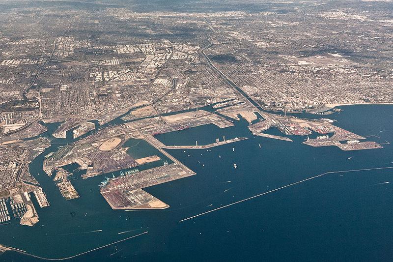 上空から見たロサンゼルス港の全景。